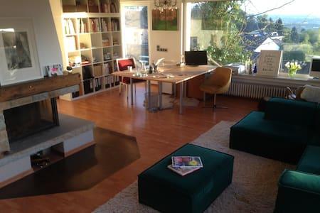 Luxuriöses Doppelzimmer mit Kamin, Balkon & Garten - Alfter - บ้าน