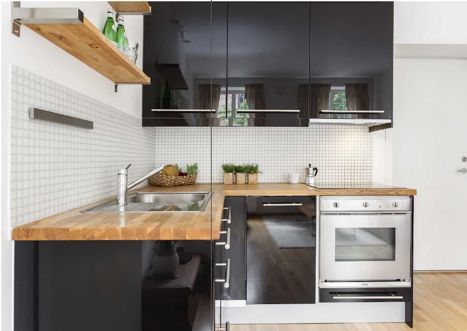 Kjøkken, oppvaskmaskin, komfyr med induksjon. Separat kjøleskap og fryser på gulv.