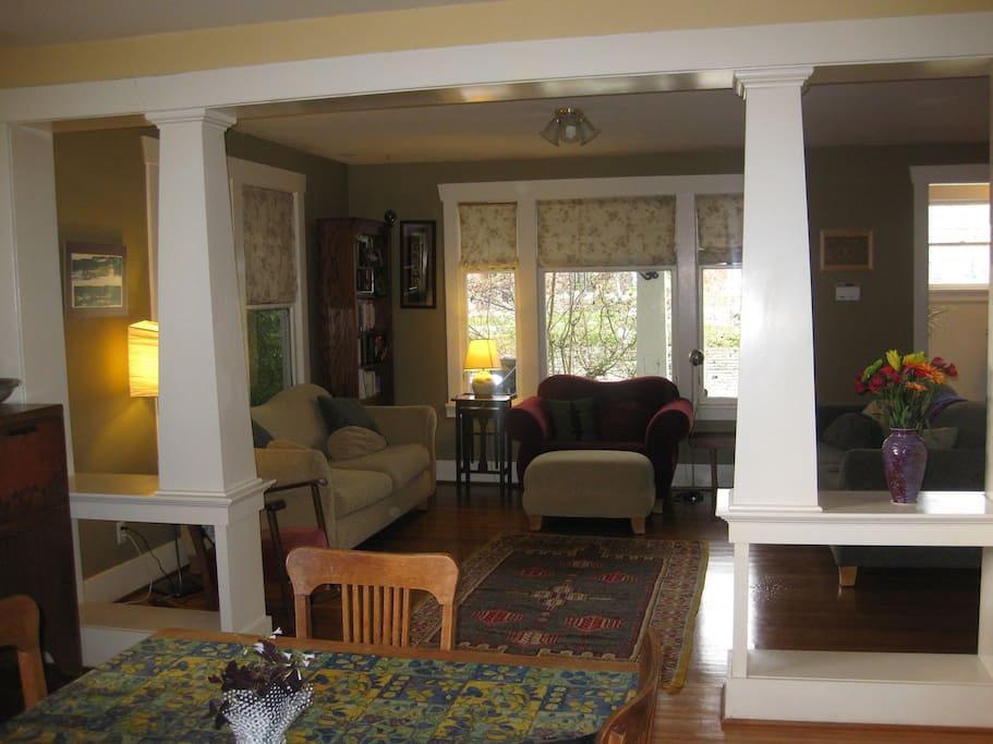 big bright dining room/living room perfect for entertaining