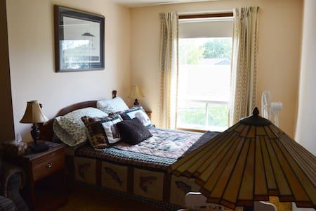 27 Roses B&B -The Upper Canada Room - Morrisburg