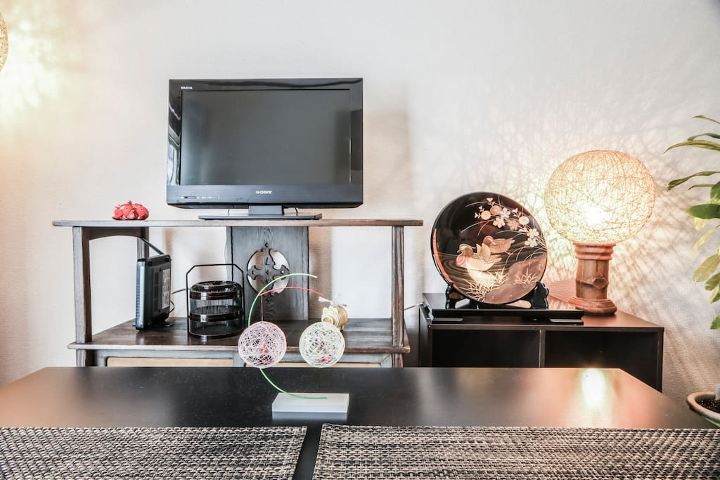 TV, lamps & ornate objects.
