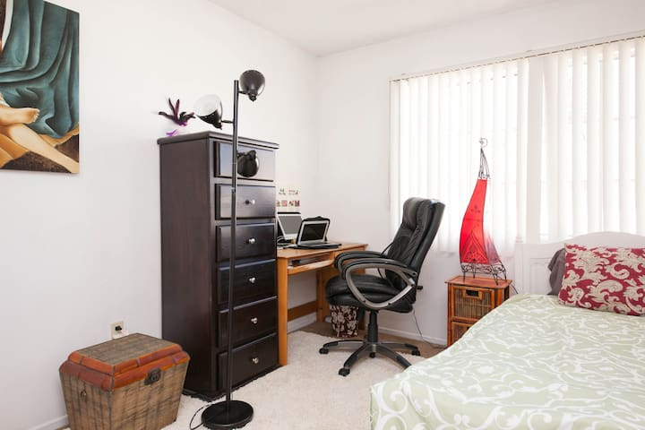 Office/Bedroom for rent - Alhambra - Lägenhet