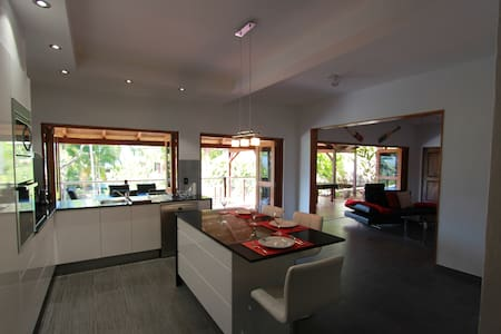 Earl Hill Retreat Trinity Beach QLD - 트리니티 비치