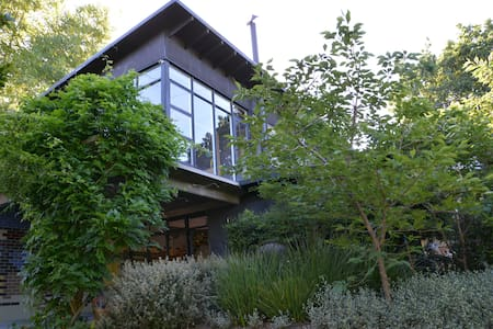 Luxury Leafy Home. 10k from Melb. - Eaglemont