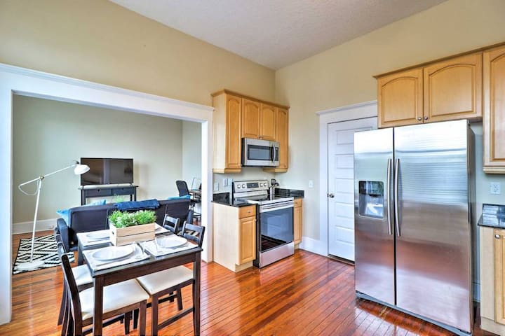 Airy apartment in historic Springfield
