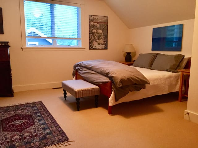 Sunny upstairs suite in Old Hailey
