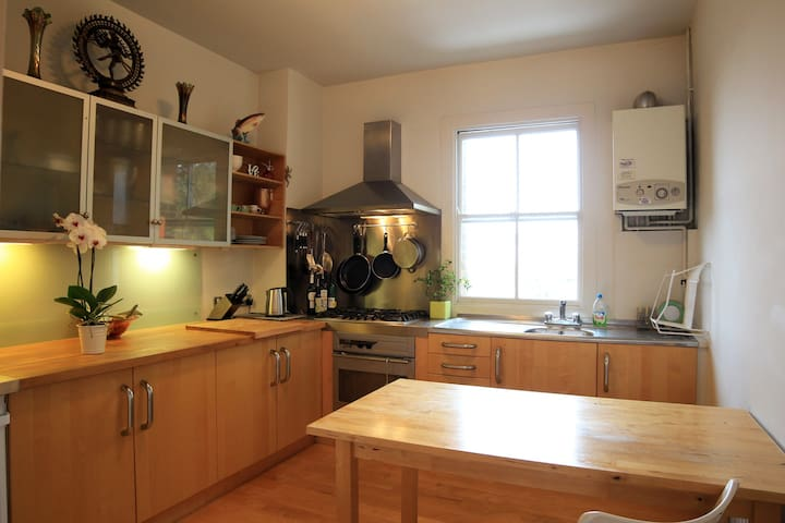 Bright flat , large kitchen, bedroom , lounge, NW3