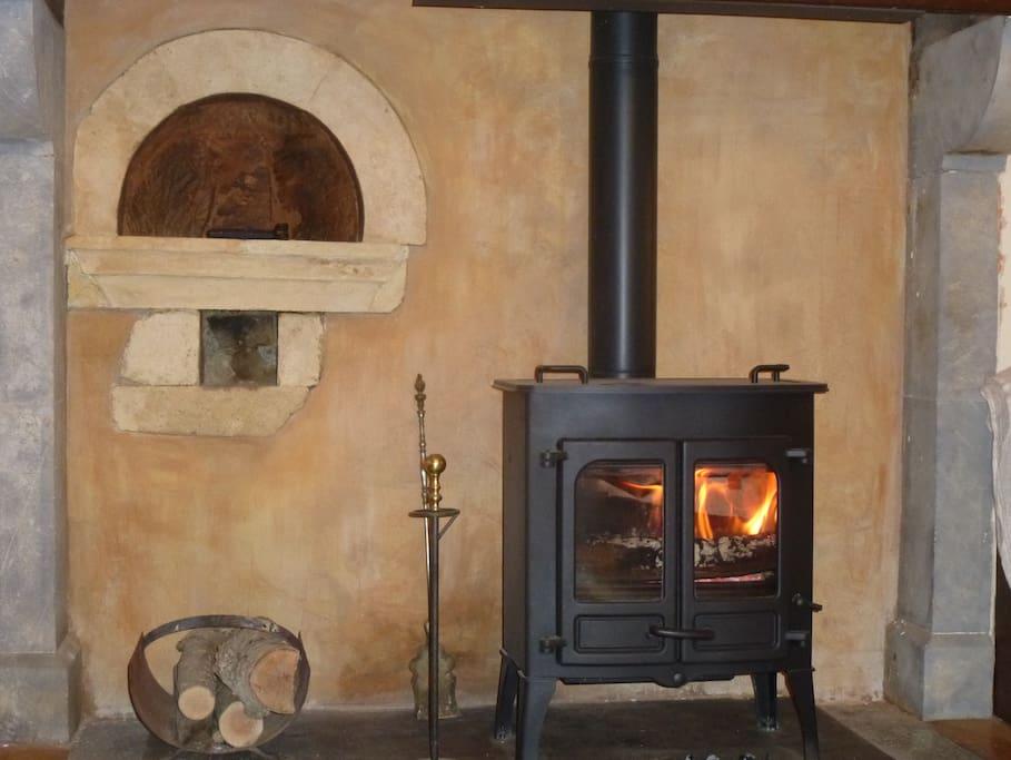 Le poele dans la cheminée restaurée: 3 buches, et hop, l'atmosphere est douce et accueillante!