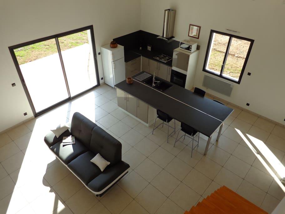 grande pièce à vivre avec cuisine équipée