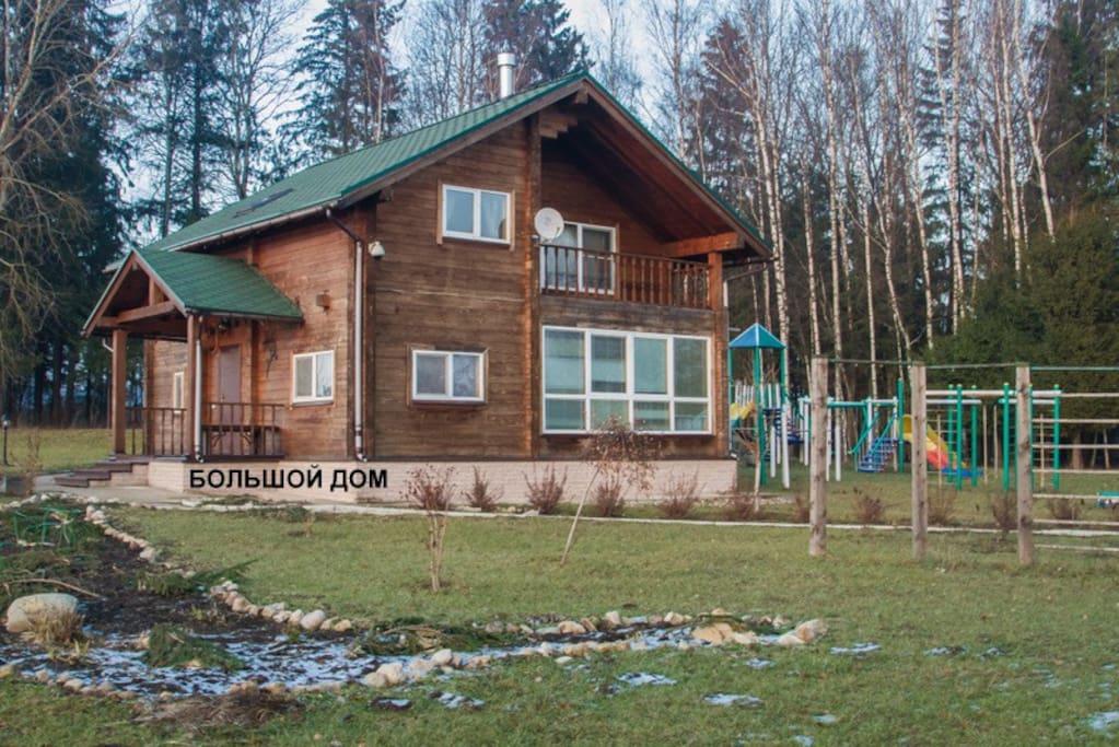 клееный брус на 140 м2, 3 спальных комнаты (6 человек), 2 туалетных комнаты, гостиная и кухня