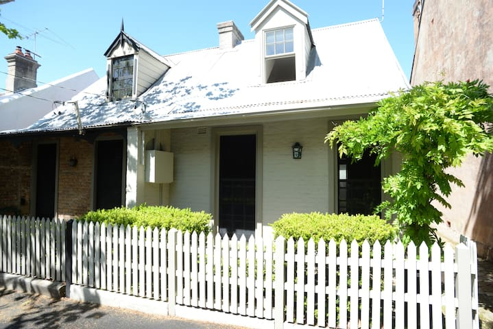 Charming cottage on Woollahra's high street - Woollahra - House
