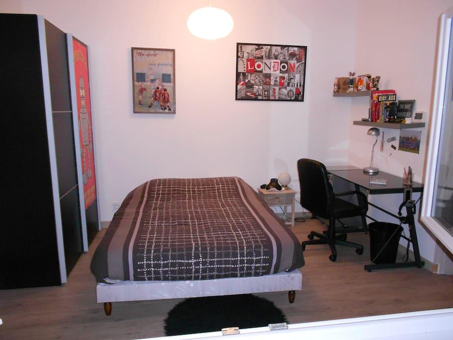 1ère chambre spacieuse, tout le confort y est, grande fenêtre sur jardin