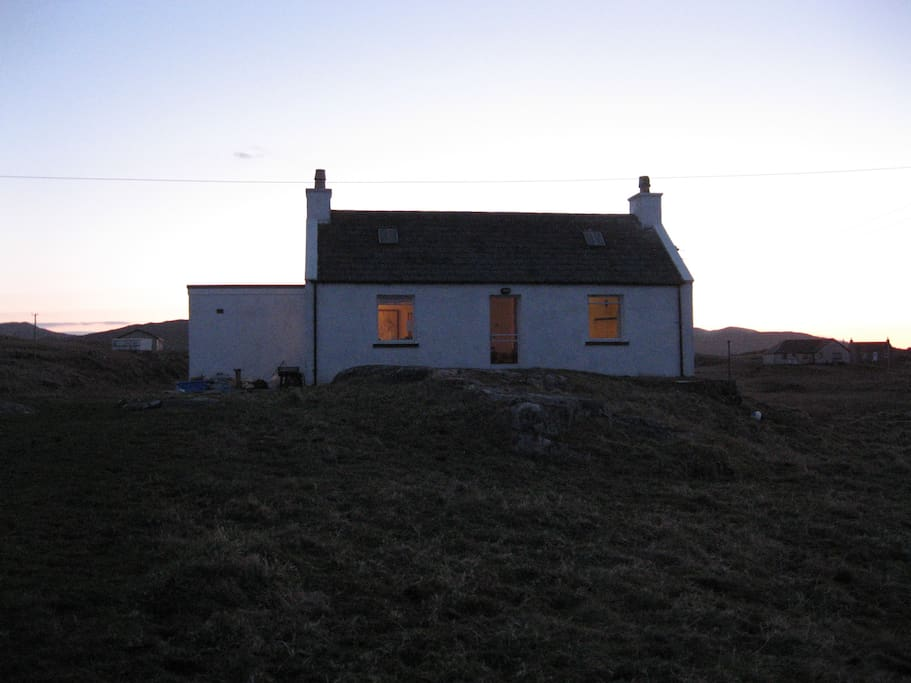 Rubha Charnain - Seaside cottage at dusk