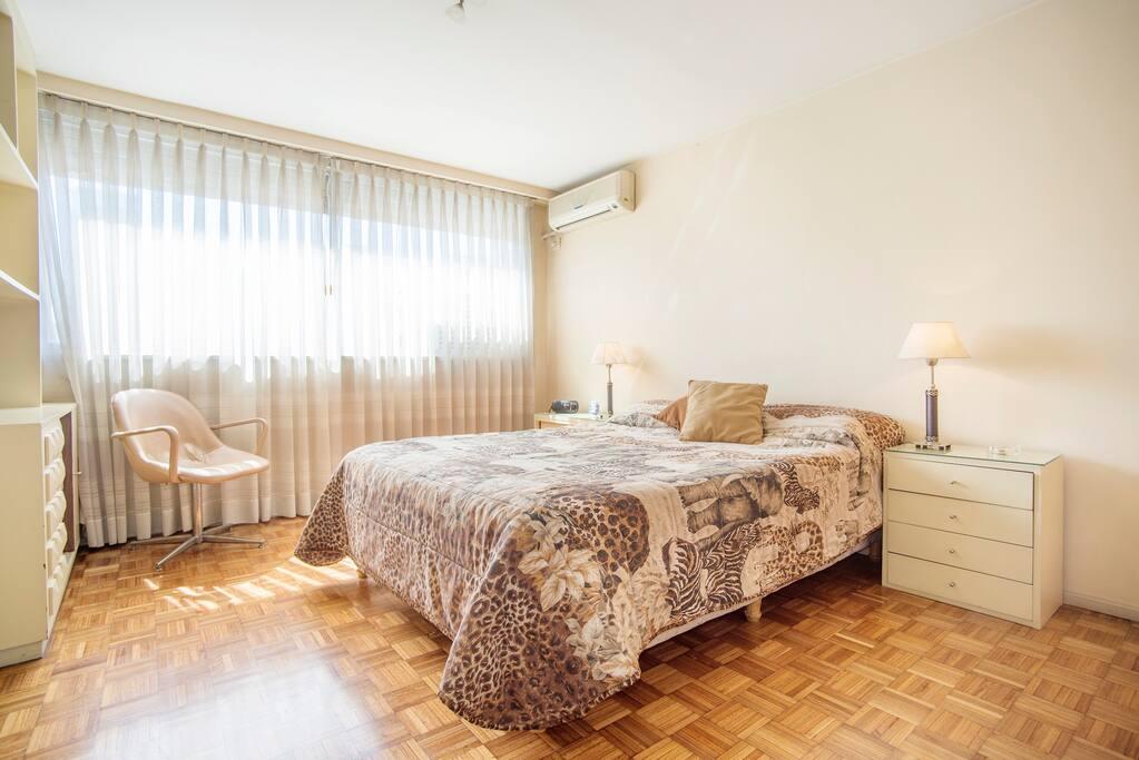 Amplia cama matrimonial en habitacion principal