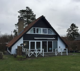 Lyst, familievenligt hus i Humlebæk - Humlebæk