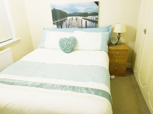 HILLTOP PLACE:   Room 2 near Meadowhall and M1.