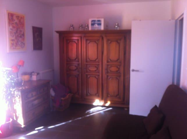autre vue de votre chambre avec armoire et commode de rangement
