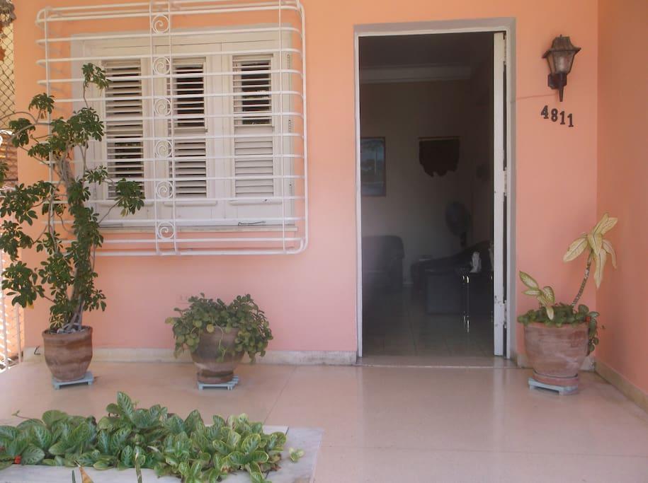 Portal con jardín y plantas