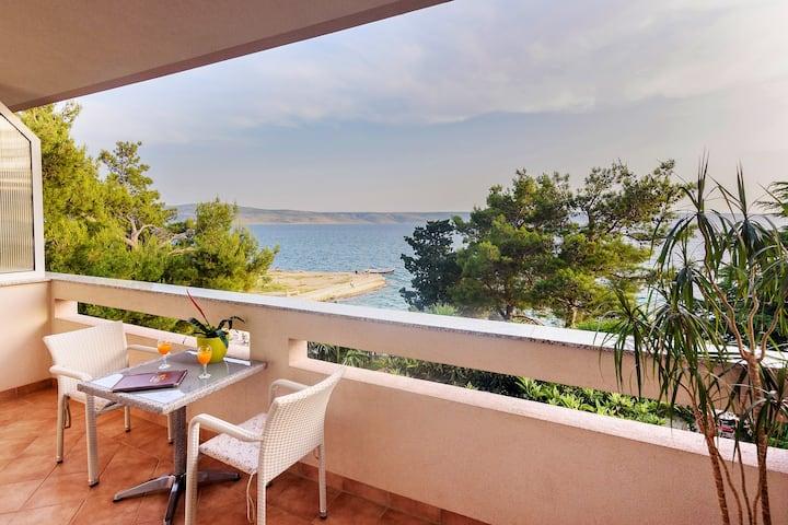 Villa Vicko-Apartment with balcony on the sea side