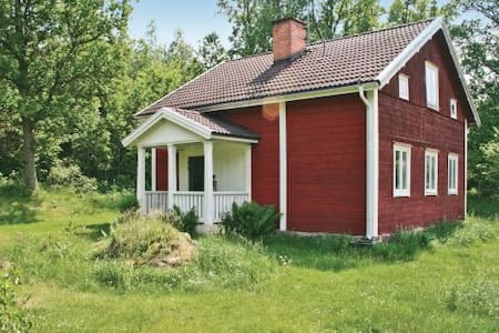 Charming cottage at Målilla elkpark - Talo