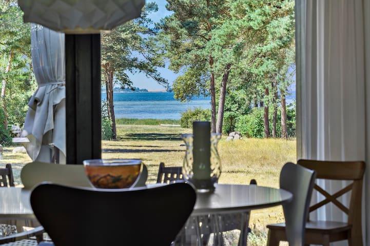 Charmerende sommerhus 1.række til vandet på Orø