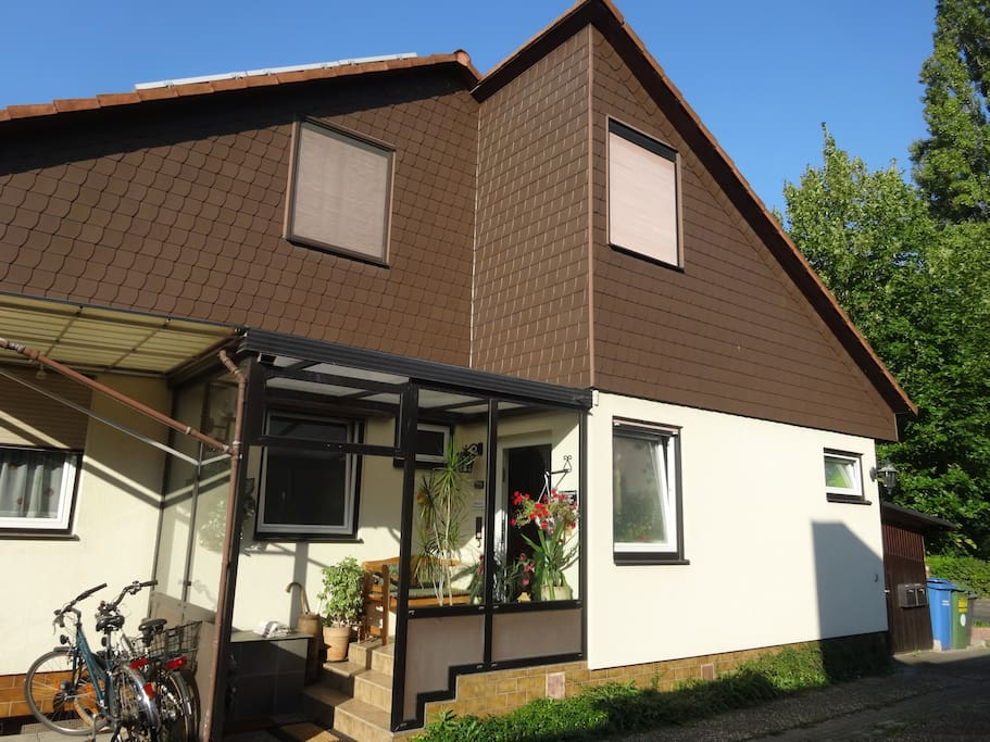 WILLKOMMEN! Unser Einfamilienhaus liegt in sonniger und ruhiger Lage mit sehr guter Verkehrsanbindung am Stadtrand der Metropole Frankfurt am Main. Unser Wunsch ist es, dass Sie sich WIE ZUHAUSE fühlen. *****WELCOME! Our single family house is located in a sunny and calm location on the outskirts of Frankfurt on the Main with very good transport connection.  Our wish is that you feel AT HOME.