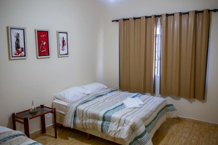 QUARTO 1   3 pessoas - ar condicionado, ventilador de teto, 1 cama de casal, 1 cama de solteiro e arara para roupas e cabides