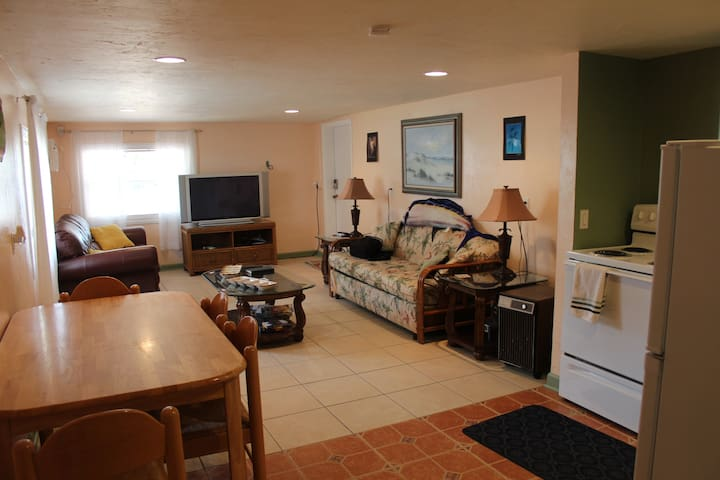 "GREAT LOCATION ""beachy"" 1br apartment"