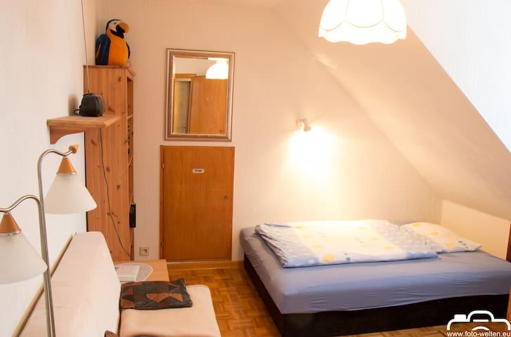 Zimmer 2: Kleines Zimmer - großes Bett (ca. 140 x200 cm) :-)