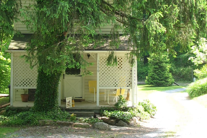 Cottage in Woods by Skiing, Lake, Historical Sites