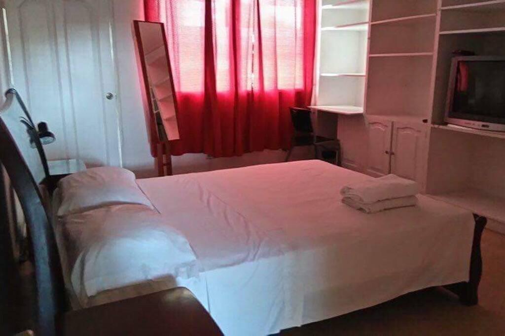 Habitación, con aire acondicionado, Tv, clóset y mucho espacio.