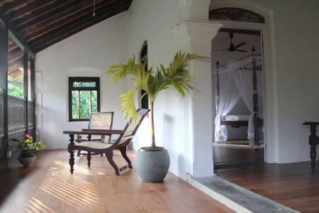 Ensuite aircon room in beautiful historic house - Dodanduwa