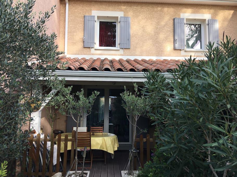 Vue façade avant et terrasse couverte