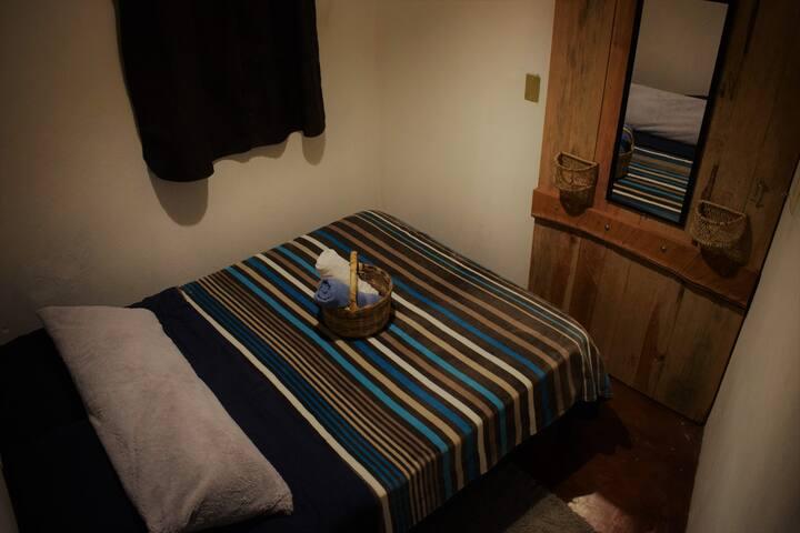 Habitación pequeña con cama matrimonial