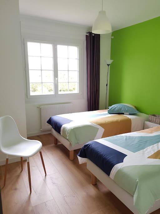 Chambre double, deux lits simples avec possibilité de rapprochement, placard de rangement intégré