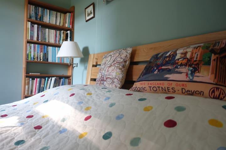 Bedroom 1, 5' deluxe double bed