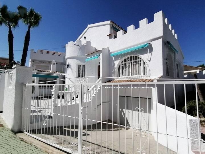 Villa: vistas al mar, palmeras, jardín y barbacoa.
