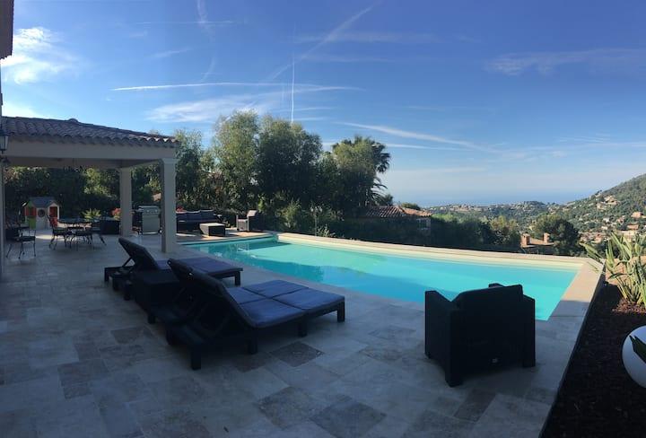 Maison neuve piscine vue mer.