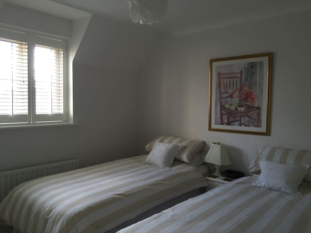 Twin room with bathroom, Cirencester, Cotswolds - Cirencester