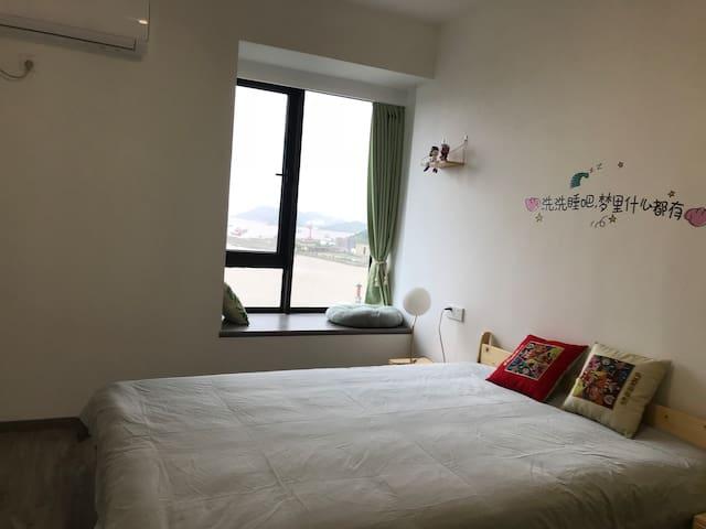 有飘窗的大房间,温馨舒适,躺在床上可以看海,坐在窗台上晒太阳喝茶,不要太多惬意,心情美哒哒