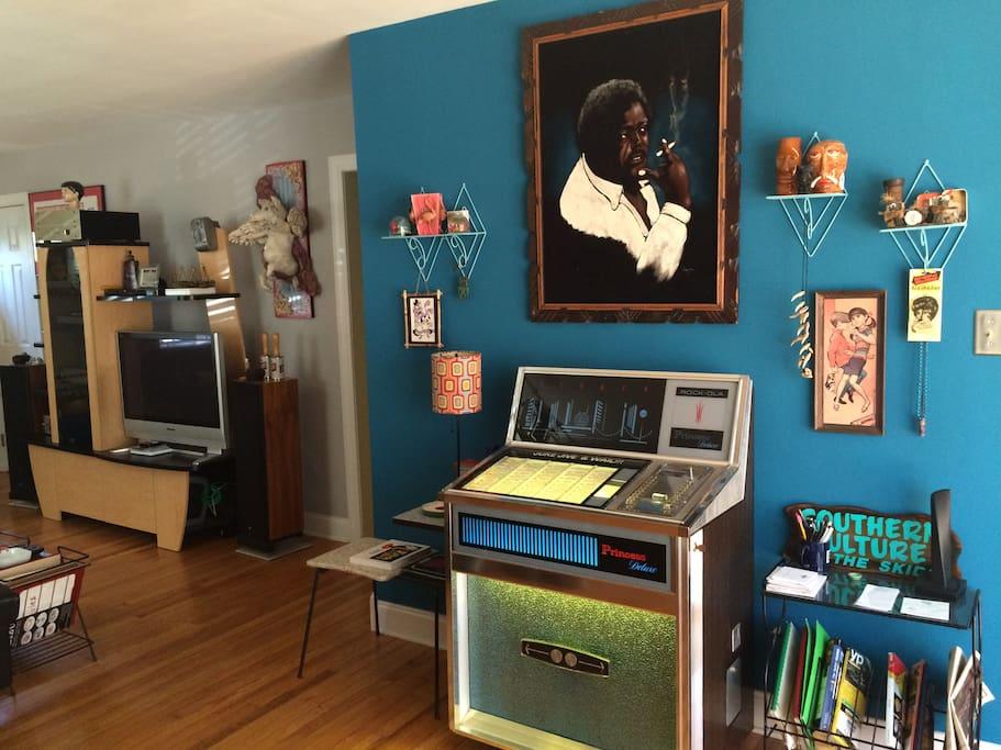 Large living room with vintage jukebox