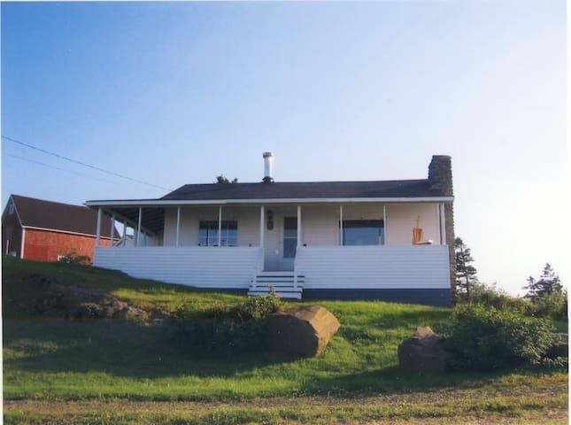 Cozy Seaside Cottage - Parkers Cove - Casa