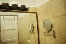 Baño #1 dentro del cuarto principal, excelente iluminación y espejo con aumento 5X