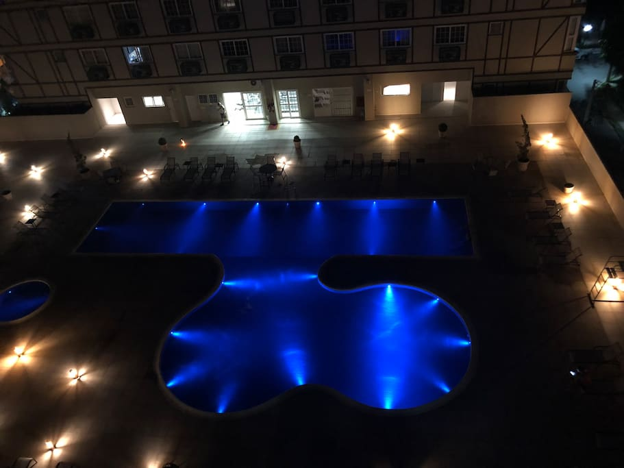 Piscina na área de laser do prédio do falta