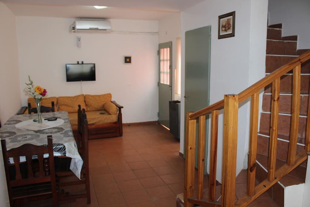 Departamento 2 Hab. Living Comedor y escalera para subir a las habitaciones