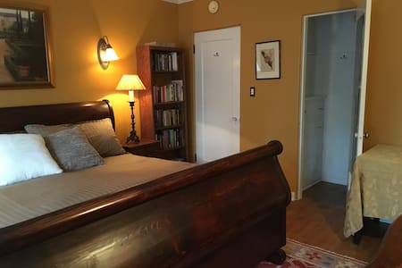 Bed & Bath beauty with pvt entrance! Miracle Mile! - Los Angeles - House