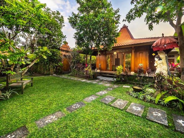 2-BR Joglo Villa w/ Large Garden - 15 min. to Ubud