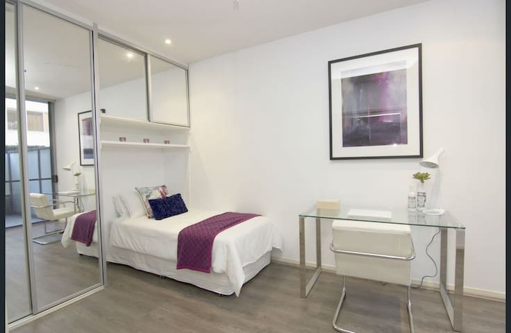 TWIN ROOM AVAILABLE NEAR MASCOT STATION