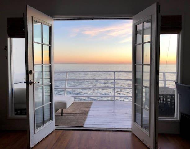 Oceanfront Malibu - 2 Queens, Billion Dollar View!