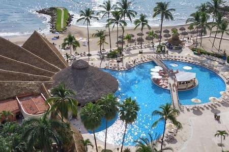 SRT1042 - Wonderful 2BR, Ocean Views, Beachfront - Condominium